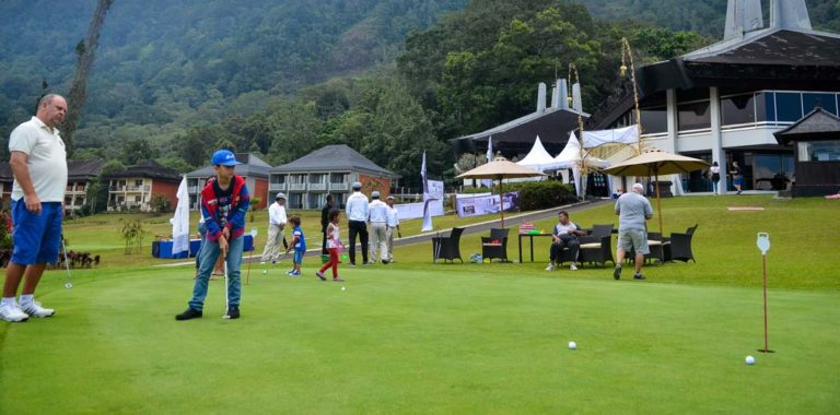 Kids golfing at handara and teach by professional golfers
